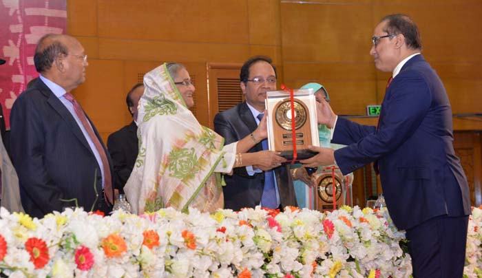 Chairman of UKBCCI Iqbal Ahmed OBE, receiving the National Export Trophy Award